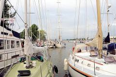 Sportboothafen Brunsbüttel neben der Schleuse - Segelboote und Motorboote liegen nebeneinander am Steg