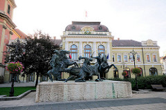 """Skulpturengruppe""""Kämpfer der Grenzburg"""" von Kisfaludy Strobl Zsigmond aus dem Jahre 1967 auf dem Dobó Platz in Eger."""