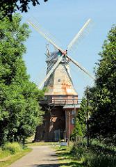 """Dreistöckige Windmühle """"Caroline"""" - ein Galerieholländer in Hechthausen. Erbaut 1845 hat die Mühle eine drehbare Kuppel mit der die Windmühlenflügel in den Wind gedreht werden können."""