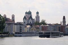 Uferpromenade der Stadt Passau an der Donau - Ausflugsschiffe liegen am Kai - Kirchtürme und Häuser der Altstadt Passaus.