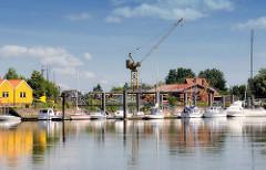 Sportboothafen Wewelsfleth an der Stör - Motorboote und Segelschiffe liegen am Steg.