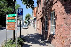Strasse mit Hinweisschilder - Bremervörde an der Oste.