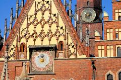 Ostgiebel vom historischen, spätgotischen Rathaus in Wroclaw / Polen - Ostgiebel mit astronomischer Uhr von 1580 - im Hintergrund der Rathausturm mit Turmuhr.