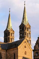 Zwei der vier Türme des Kaiserdoms zu Bamberg in der Morgensonne.