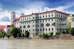 Rechts das ehem. Jesuitenkolleg; gegründet 1611 - das kastellartige Gebäude wurde 1613 erbaut - heute Gymnasium Leopoldium.