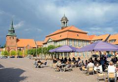 Historisches Rathaus und St. Marien Kirche in Boizenburg an der Elbe. Café auf dem Marktplatz in der Sonne - Sonnenschirme.