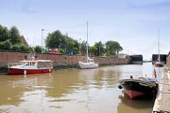 Sportboote am Steg in der Scheusenkammer der Schleuse Nord-Ostseekanal Brunsbüttel.