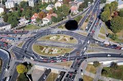 Strassenkreuzung mit Kreisverkehr an der Weichsel von Krakau / Krakow.