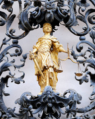 Schmiedeeisen Dekor von Fazola Henrik  angefertigt - Justitia vergoldet mit Augenbinde - Schwert und Waage.