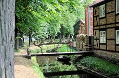 Stadtgraben mit Brücke - Lindenallee am Kanalufer, Fachwerkhäuser.