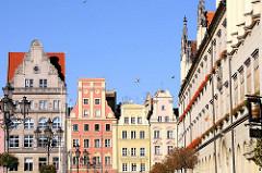 Historische Hausfassaden  - unterschiedliche Architekturstile, Architekturfotografie; Marktplatz / Großer Ring von Wroclaw, Breslau / Polen.