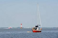 Leuchtfeuer Elbinsel Pagensand - Mündung der Krückau in die Elbe. Ein Segelboot fährt unter Hilfsmotor auf der Pagensander Nebenelbe.