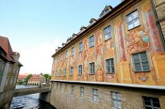 Altes Rathaus Bamberg - Fassade mit Motive bemalt. Erwähnenswert sind die 1755 von Johann Anwander geschaffenen Fassadenmalereien. Die Gebäudeseiten sind mit allegorischen Szenen und architektonischen Details / Illusionsmalerei verziert.