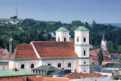 Blick vom St. Georgsberg auf die Altstadt von Passau  - Kirchenschiff und Kirchtürme der Kirche St. Michael.