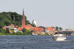 Kirchturm der Maria Magdalenenkirche von Lauenburg zwischen den Dächern der Stadt.