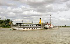 """Historischer Raddampfer """"Kaiser Wilhelm"""" auf der Elbe; erbaut 1900 gehört das Fahrgastschiff zu den letzten noch fahrenden Schaufelraddampfern, die mit Kohle befeuert werde."""