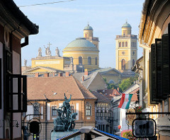 Blick über den Dobó PLatz in Eger über die Dächer der Stadt zur Kuppel und Türmen der  Basilika.