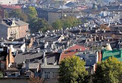 Dächer mit Satellitenschüsseln in Krakau.