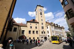 Fussgängerzone am Alten Rathaus in Regensburg - Uhrturm; Fussgänger / Touristen und Kfz, Autobus teilen sich die Strasse - shared space.
