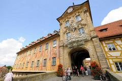 Altes Rathaus Bamberg - Fassade mit Motive bemalt; Fassadenmalerei 1755 von Johann Anwander geschaffenen . Die Gebäudeseiten sind mit allegorischen Szenen und architektonischen Details / Illusionsmalerei verziert.