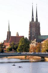 Dominsel in der Oder zu Wroclaw, Beslau - Türme der Kirchen; lks. die Heiligkreuzkirche - rechts die Türme der Johanneskathedrale ( Katedra sw. Jana Chrziciela )