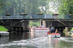 Grachtenrundfahrt mit Touristen - Cabrioschiff, Fahrgastschiff in Friedrichstadt, Motorboot.