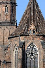 Ausschnitt vom Backsteinbau der St. Adalbertkirche zu Wroclaw, Breslau - Polen; Ziegeldach - gotische Fenster.