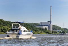Sportboot vor dem Atomkraftwerk Krümmel am Elbufer bei Geesthacht. Das Kernkraftwerk mit Siedewasserreaktor war von 1984 - 2011 in Betrieb.