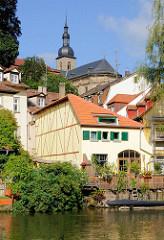 Häuser am Flussufer der Regnitz in Bamberg - St. Stephankirche, erbaut 1698.
