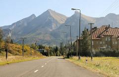 Dorf vor Berghügeln auf den Weg Richtung Eger / Ungarn.