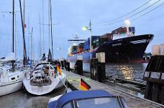 Morgendlicher Schiffsverkehr an der Schleuse Brunsbüttel des Nord Ostsee Kanals - der Containerfeeder EMOTION an der Schleuse Brunsbüttel - lks. der Sportboothafen direkt an der Schleuse.