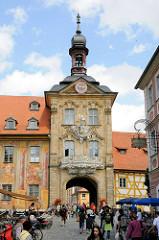 Touristen auf der Oberen Brücke vor dem Alten Rathaus Bambergs.