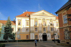 Das  Komitatshaus in Eger wurde zwischen 1749 und 1756 nach den Plänen von Gerl Mátyás erbaut. Schmiedeeiserne Arbeiten von Fazola Henrik.