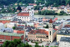 Blick vom St. Georgsberg auf die Altstadt von Passau an der Donau. Im Vordergrund das Alte Rathaus mit Rathausturm, dahinter die Inn und die ehem. Jesuitenkirche St. Michael.