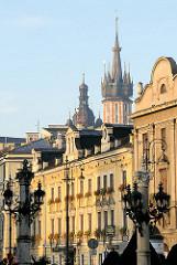 Historische Hausfassen in der Stadt Krakau - im Hintergrund die Kirchtürm der St. Marienkirche am Marktplatz.