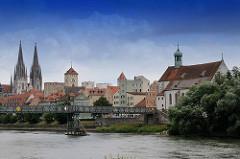 Panorama der Altstadt von Regensburg - lks. die Türme des St. Peter Doms, in der Bildmitte der Uhrturm des alten Rathauses; rechts die evangelisch lutherische Kirche St. Oswald.