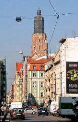Strassenszene in Wroclaw, Breslau - mehrstöckige Wohnhäuser, Geschäftshäuser - Kirchturm der St. Elisabethkirche.
