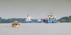 Schiffsverkehr auf dem Nord-Ostsee-Kanal - mehrere Frachtschiffe fahren Richtung Kiel; ein Sportboot mit Fahrtrichtung Brunsbüttel.