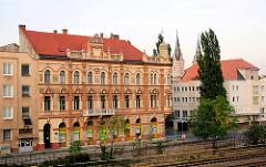 Gründerzeit Etagenhaus an Bahngleisen - moderne Gebäude in in Komarno / Slowakei an der Donau.