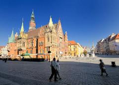 Rathaus von Wrocław / Breslau - spätgotische Architektur. Fussgänger auf dem Grossen Ring, dem Marktplatz von Wroclaw / Breslau in Polen.