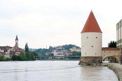 Schaiblingsturm am Innufer in Passau, erbaut im 13. Jahrhundert. Teil der Stadtbefestiung und Pulverlager. Im Hintergrund die Kirche St. Gertraud - ehem. Spitalkirche, 1815 nach Brand wieder aufgebaut.