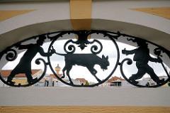 Schmiedeeisen / eisernes Dekor Schlachthof Bamberg - ein Kalb wird zur Schlachtbank geführt.