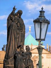 Historische Steinskulptur auf der Karlsbrücke in Prag - Gaslaterne.