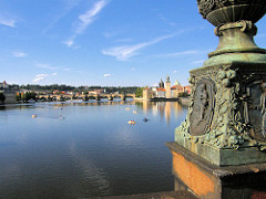 Blick über die Moldau bei Prag zur Karlsbrücke - sie wurde im 14. Jahrundert errichtet. Sie ist einer der ältesten Steinbrücken Europas.