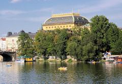 Uferpromenade an der Moldau in Prag.