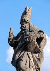 Steinskulptur auf der Prager Karlsbrücke - eines der histoirschen Wahrzeichen der tschechischen Hauptstadt. Der heilige Adalbert von Prag - Bischof der Stadt; geb. ca. 956, gest. 997.