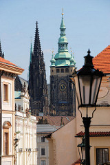 Kirchtürme des Veitsdoms auf der Prager Burganlage - Gaslaterne.