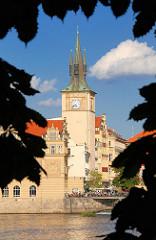 Turm am Ufer der Moldau - Architektur in Prag.