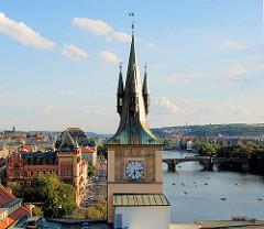 Turm mit Turmuhr - Blick auf die Moldau.