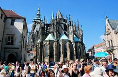 Der Veitsdom auf der Pager Burg - der St.-Veits-Dom  ist die Kathedrale des Erzbistums Prag - das Gebäude in seiner heutigen Form als Kathedrale im gotischen Stil wurde ab dem Jahr 1344 errichtet. Dicht gedrängt besuchen die Prager Touristen die Sehe